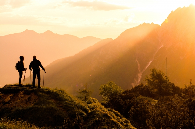登山ハイキングを楽しむカップル