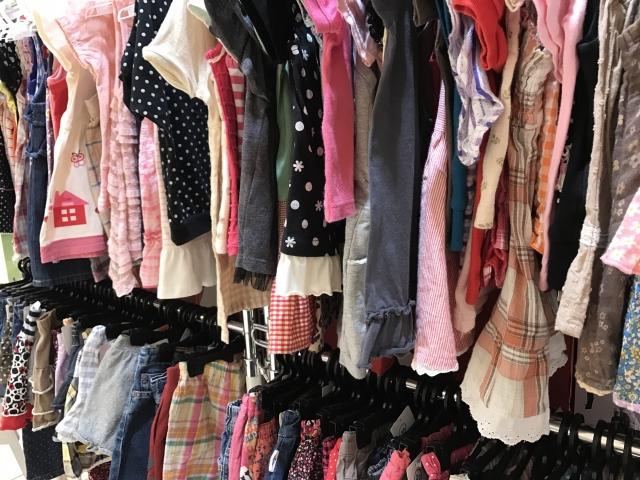 ハンガー陳列された多くの子供服上下
