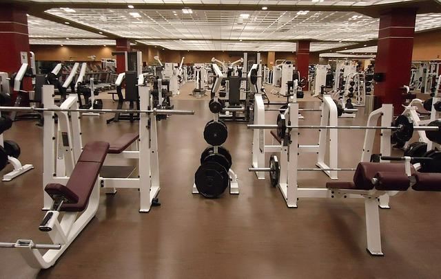 フィットネスクラブに整然と並ぶトレーニング器具