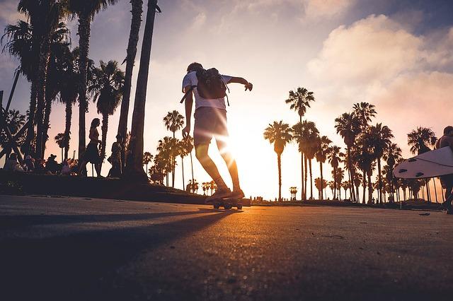公園でスケートボードする少年